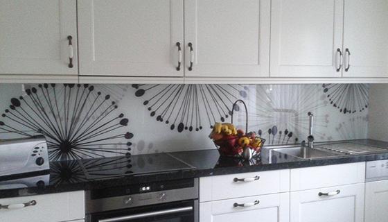 k chenr ckwand aus glas. Black Bedroom Furniture Sets. Home Design Ideas